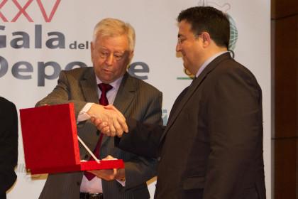 José Murado Antonio Murado recibe una placa de manos de Juan José Fernández, vicepresidente de la AEPD Granada