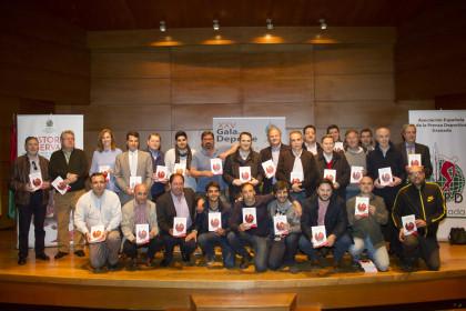 Parte de los autores de 'Historias Reservadas' posan con la obra tras su presentación
