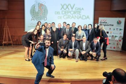 El presentador de la Gala se marca un selfie con los premiados