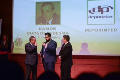 Viñuela habla con los dos homenajeados por la AEPD, Ramón Burgos y  Joaquín Cuevas