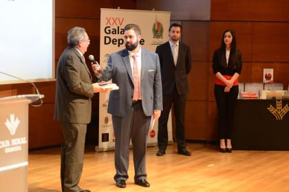 Eduardo Martínez explicó a los asistentes como 'engancha' el esgrima