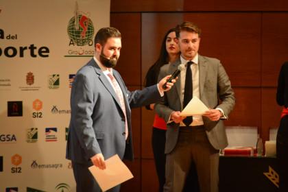 El delegado de Turismo, Guillermo Quero, entregó el premio al Natación Churriana