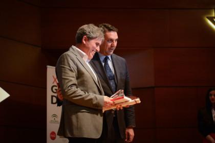 El padre de Víctor Martín recogió el galardón de su hijo de manos del consejero de Turismo y Deporte de la Junta