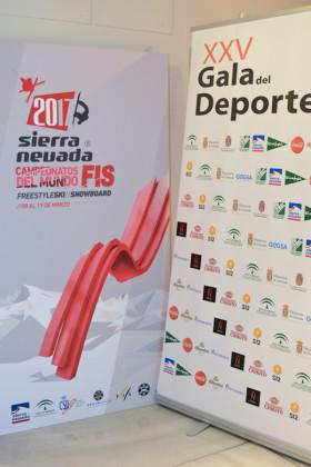 El cartel del Mundial de esquí de 2017 y el panel de la XXV Gala del Deporte de Granada