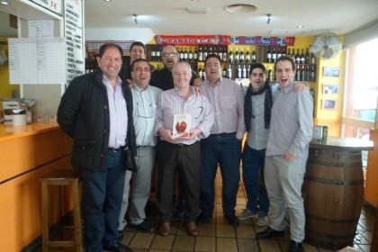 Entrega de la obra a Manuel García Bueno, propietario de la Taberna Andaluza, donde empezó la idea de editar el libro
