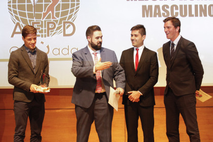 Viñuela interactua con los representantes de AFE, David Aganzo y Paco Pavón