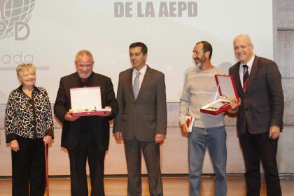 Carlos Marsá recibió una placa de manos de Julio Piñero y Carmona, de José Manuel González
