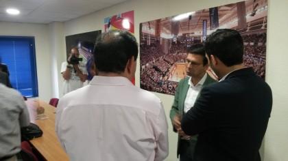Diálogo entre el presidente de la AEPD, el alcalde y el concejal de Deportes