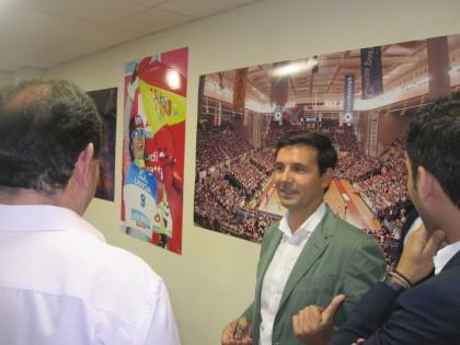 El alcalde de Granada delante de la fotos del Palacio de Deportes