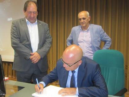 López Nieto firma el libro de visitas de la AEPD