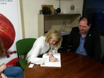María José López deja constancia de su presencia en el libro de firmas de la AEPD Granada