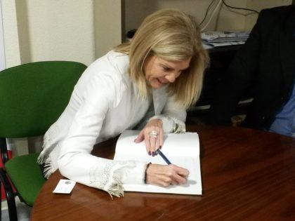 Otro plano de María José López a la hora de firmar