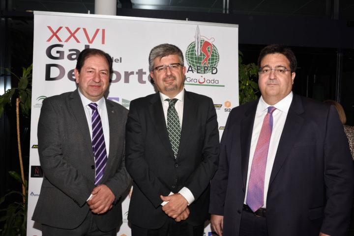 El presidente y el vicepresidente de la AEPD Granada, Antonio Rodríguez y Juan José Fernández, reciben al director de negocio de Caja Rural, José Aurelio Hernández