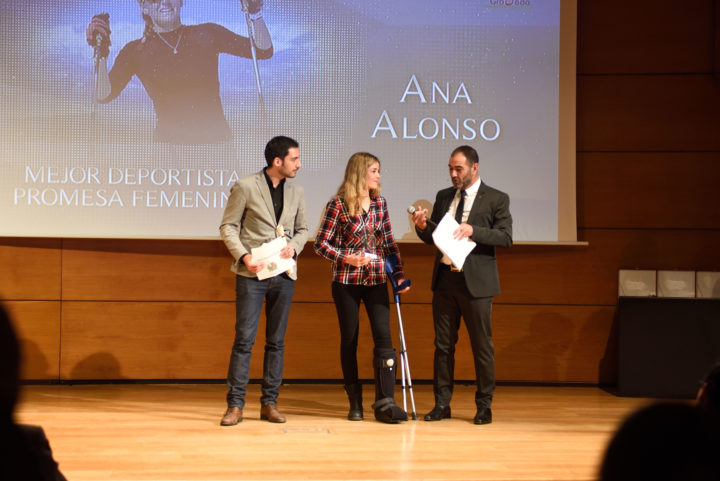 El concejal de Deportes fue el encargado de entregar el premio a Ana Alonso, Mejor Deportista Promesa