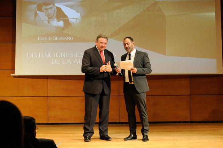 El responsable de Coca Cola, Juan Carlos Rodríguez, el encargado de entregar la distinción a DAvid Serrano