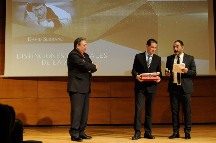 David Cabello, presidente de la FESBA, recogió de manos de Juan Carlos Rodríguez, de Coca Cola