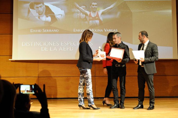 Enrique Molina Vargas recibe su premio de manos de Susana Vargas, del grupo Maohu-SAn Miguel