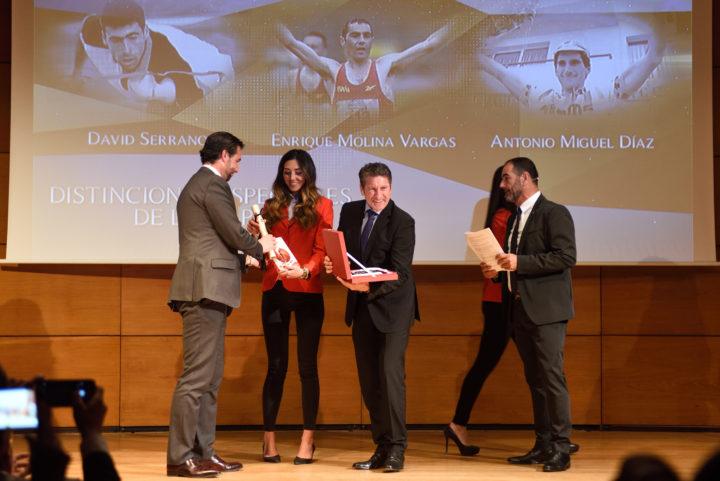 Carlos Hernández entrega la placa a Antonio Miguel Díaz
