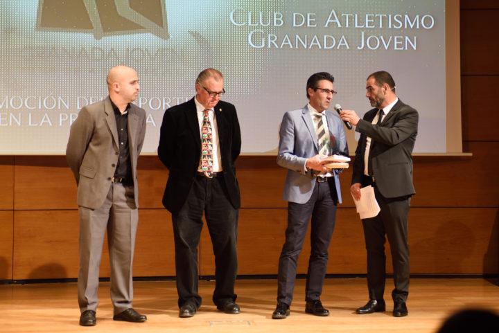 El presidente del Atletismo Granada Joven recibió el premio a la Promoción del Deporte de manos de Pedro Baena