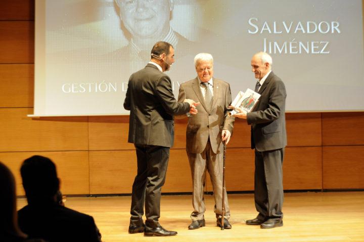 Salvador Jiménez recibió el premio a la Gestión del Deporte