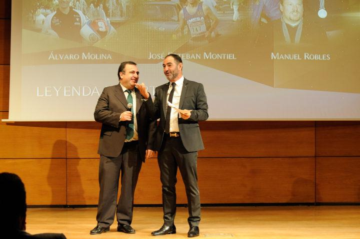 El tesorero de la AEPD Granada, Pablo Quílez, encargado de dar el premio Leyenda Deportiva