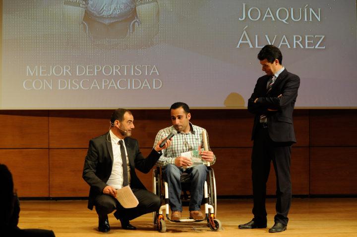 El gerente de Emasagra, Federico Sánchez, entregó el premio al Mejor Deportista con Discapacidad a Joaquín Álvarez
