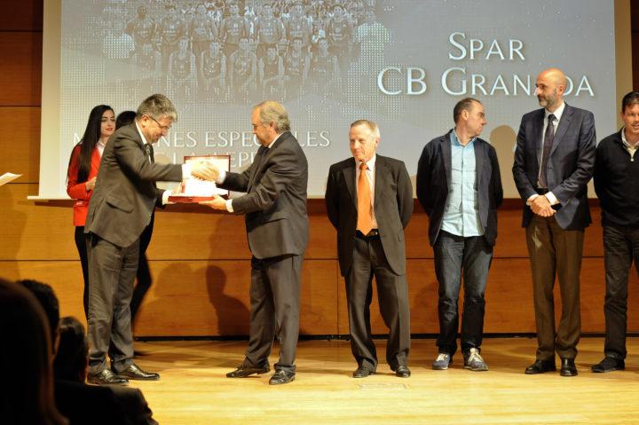 El que fuera presidente del Spar CB Granada, José Luis López Cantal, recibió la placa de reconociento por el título de la Liga EBA en su vigésimo aniversario