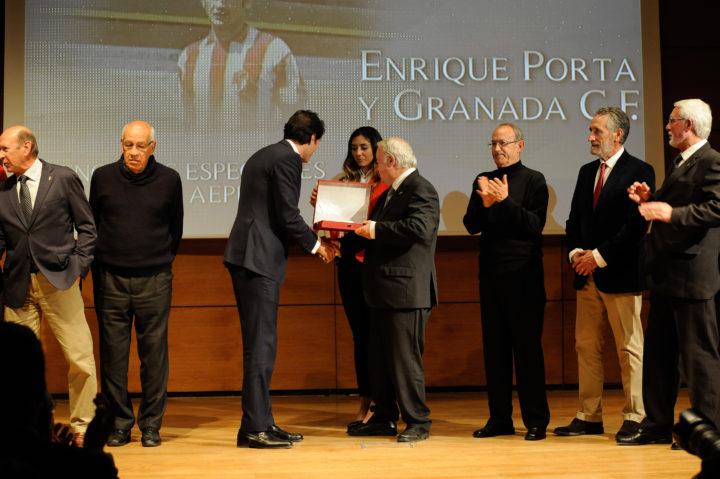 Ignacio Cuerra entrega a Enrique Porta la mención de la AEPD Granada