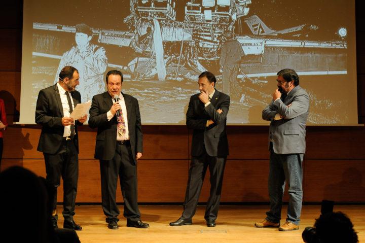 Los periodistas Antonio Barragán, Víctor Romero y Carlos Landa recibieron al insignia de la AEPD al cumplirse 25 años de que sufrieran un accidente de avión al regresar de un partido de baloncesto