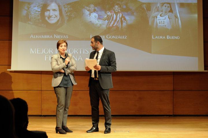 La delegada del Gobierno andaluz, Sandra García, entregó el premio a la Mejor Deportista