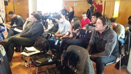 Daniel Olivares, a la derecha, presta atención a las ponencias