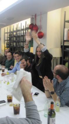 Noelia Gómez muestra su alegría tras llevarse el premio gordo, cesta de la jamonada. Y van dos años de gañote