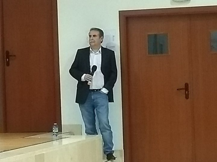 Julio García (RTVE), miembro de la AEPD Granada, fue el presentador de la charla-conferencia