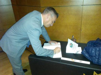 Miguel Rodrigo dejó unas palabras en el libro de firmas de la AEPD