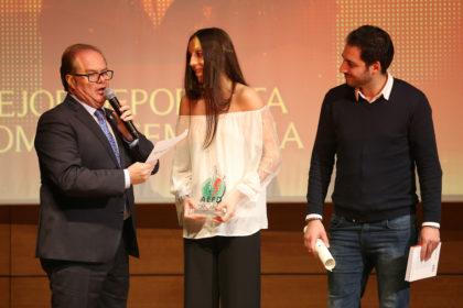 Tamara Frías, con su trofeo, responde al presentador