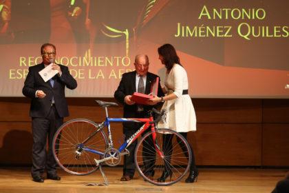 María José Rienda entrega una placa a Antonio Jiménez Quiles