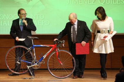 Observando la bicicleta con la que gano numerosos títulos