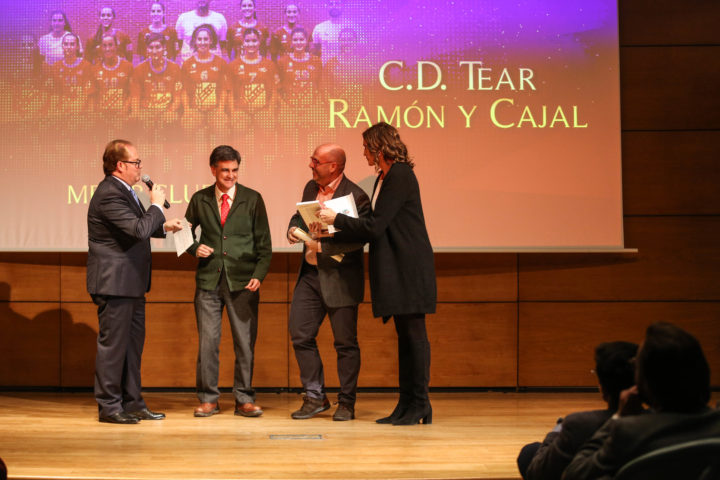 Paco Castillo, directivo, y Luis Felipe, presidente del Tear Ramón y Cajal, recibieron el trofeo al Mejor Club