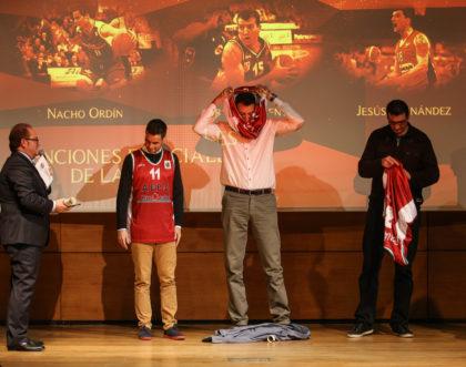 Los tres ex jugadores se vistieron con las camisetas conmemorativas