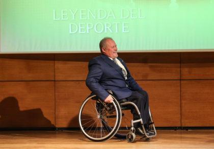 Manuel Robles, el Titán de Monachil, entra al escenario del Auditorio Caja Rural