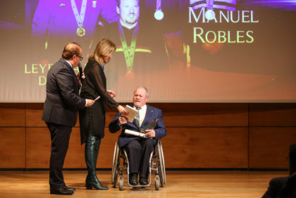 Poli Servián entrega la distinción a Manuel Robles