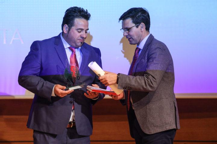 Antonio Bailón recibe el trofeo al Mejor Deportista masculino de manos del alcalde de Granada, Francisco Cuenca