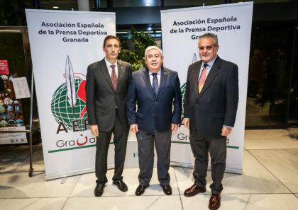 Antonio Rosales y Pepe Manrique con Víctor Romero