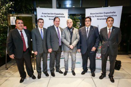 Directivos de la AEPD con Juan Zívico, autor del pergamino que se entrega a los deportistas