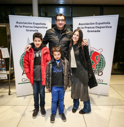 Jesús Fernández junto a su esposa e hijos