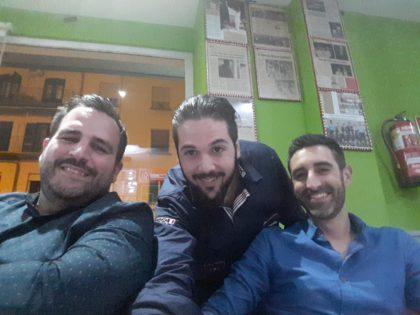 Guisado también lo cogió el gusto al selfie, ahora con Luis Luiz y Camilo Álvarez