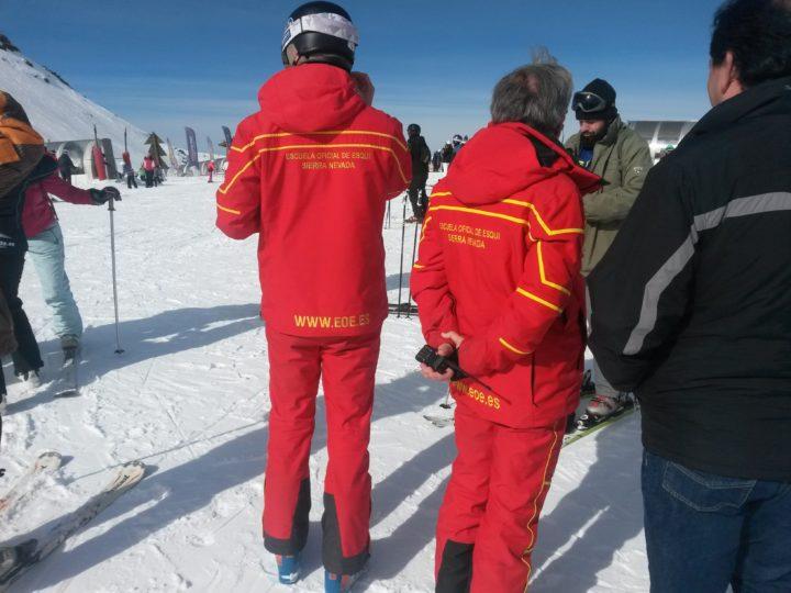 Más explicaciones por parte de los profesores de esquí
