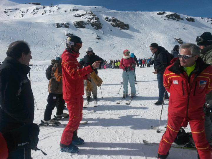 Alejandro Molina, periodista y profesor de la Escuela Oficial de Esquí, da las primeras explicaciones