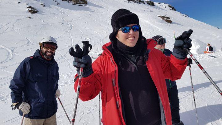 Enrique Abuín, en primer plano, celebra mantener el equilibrio sobre los esquís
