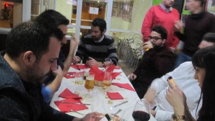 Alejando Molina, al fondo, vendiendo su producto. Luis Ruiz y María Sánchez... a sus teléfonos